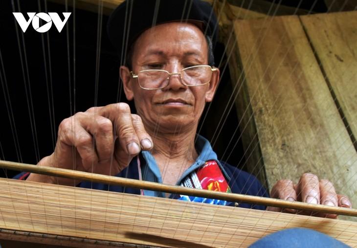 자오도(Dao đỏ)족의 저이반(giấy bản) 전통 제지용 발짜기 공예 - ảnh 1