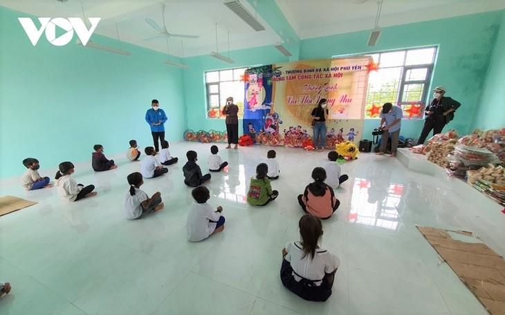푸옌성, 선화 산간지역 빈곤 아동에 중추절 선물 전해… - ảnh 1