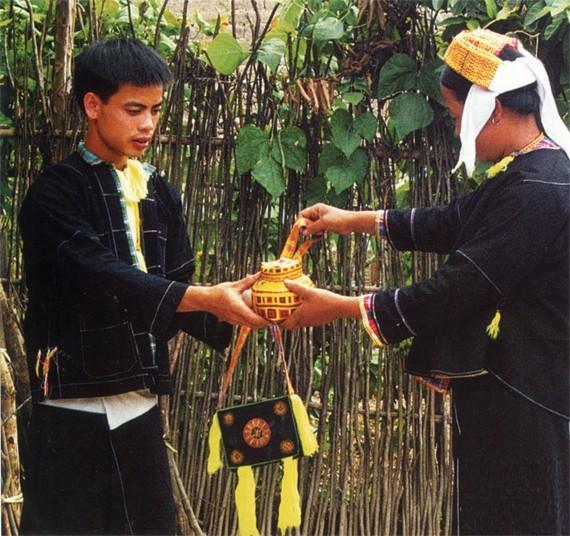 ចម្រៀងភូមិ Oi និងទំនៀមទម្លាប់ប្រគល់វត្ថុបញ្ចាំចិត្តរបស់ជនជាតិ Tay Nung - ảnh 1