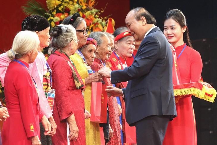 នាយករដ្ឋមន្រ្តី លោក Nguyen Xuan Phuc អញ្ជើញចូលរួមពិធីជូបសំណេះសំណាលជាមួយប្រតិភូវីរៈអ្នកម្តាយវៀតណាមទូទាំងប្រទេសចំនួន៣០០រូប - ảnh 1
