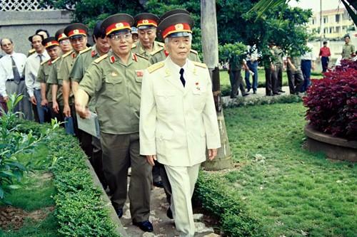បណ្ការូបភាពគួរឲ្យរំជួលចិត្តអំពី ឧត្តមសេនីយ៍ឯក Vo Nguyen Giap  - ảnh 10