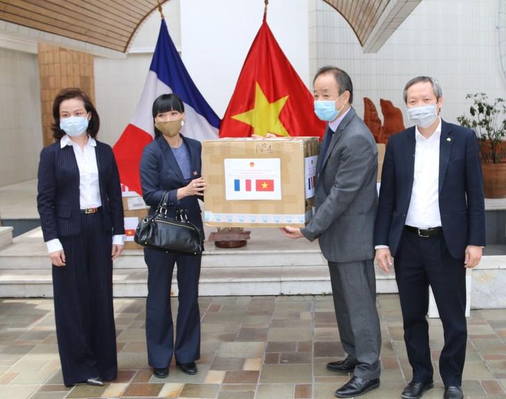 Kedubes Vietnam untuk Perancis memberikan masker kepada sahabat Perancis  - ảnh 1