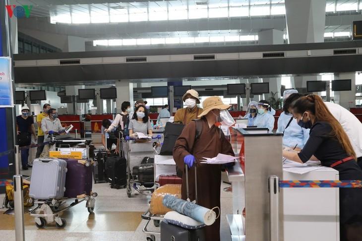 Memulangkan hampir 340 warga negara Vietnam dari India ke Tanah Air secara aman - ảnh 1