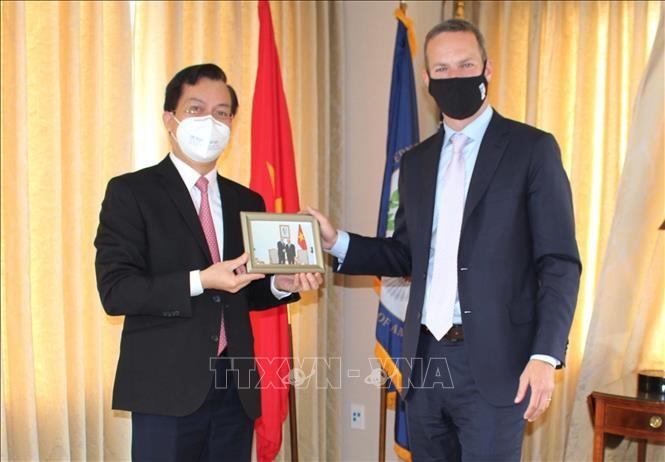 Kedubes Vietnam untuk AS memberikan masker kepada Badan Pengembangan Keuangan Internasional AS - ảnh 1
