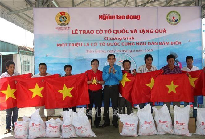 Memberikan 2.000 bendera nasional kepada para nelayan - ảnh 1