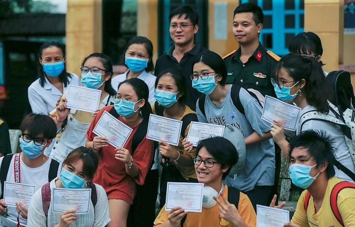 Televisi NHK dari Jepang menilai tinggi upaya Pemerintah Vietnam dalam melindungi warga pada tahap wabah Covid-19 - ảnh 1