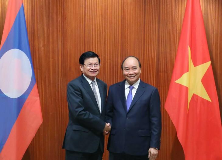 PM Nguyen Xuan Phuc mengadakan pembicaraan dengan PM Laos, Thongloun Sisoulith - ảnh 1