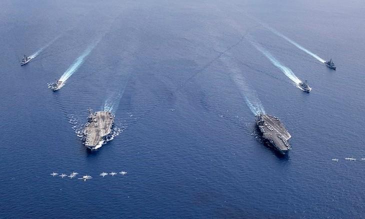 Melakukan latihan perang, AS memanifestasikan kekuatannya di Laut Timur - ảnh 1