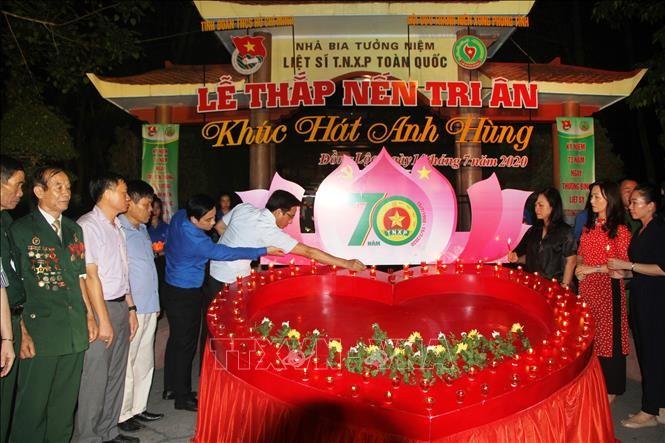 Acara menyalakan lilin untuk mengenangkan martir dan mantan pemuda pembidas di Simpang Tiga Dong Loc - ảnh 1