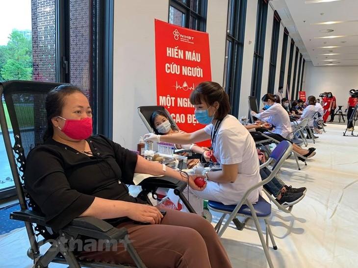 "Program penyumbangan darah ""Tetesan darah merah terima kasih"" menutup Perjalanan Merah 2020 - ảnh 1"