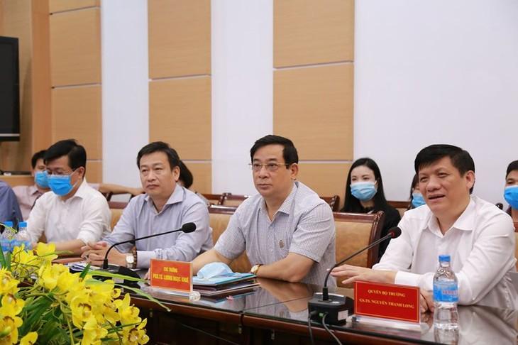 Kementerian Kesehatan Vietnam terus mengirimkan para profesor yang paling berpangalaman ke Vietnam Tengah untuk melawan wabah Covid-19 - ảnh 1