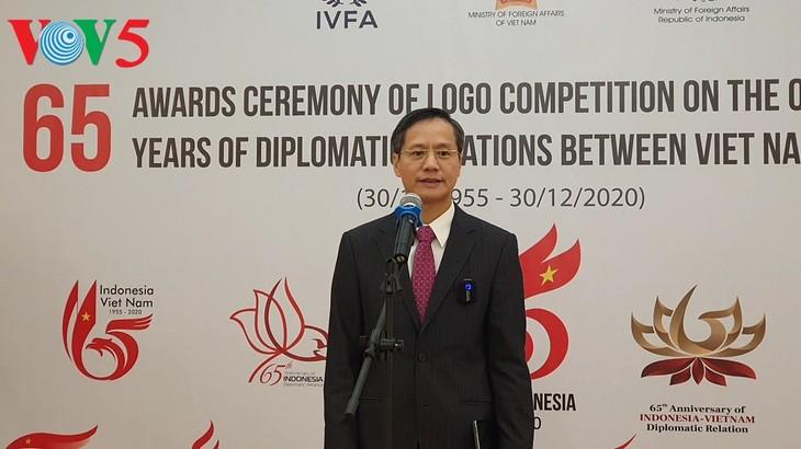 Acara menyampaikan hadiah sayembara pembuatan logo peringatan ultah ke-65 hubungan diplomatik Vietnam-Indonesia - ảnh 1