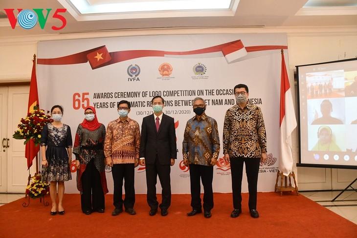 Acara menyampaikan hadiah sayembara pembuatan logo peringatan ultah ke-65 hubungan diplomatik Vietnam-Indonesia - ảnh 2