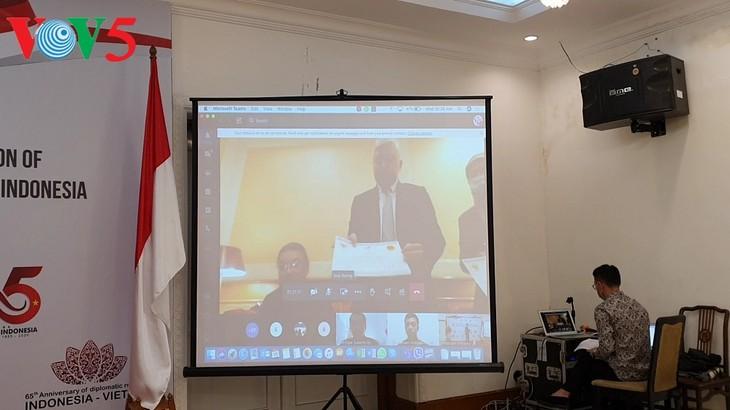 Acara menyampaikan hadiah sayembara pembuatan logo peringatan ultah ke-65 hubungan diplomatik Vietnam-Indonesia - ảnh 3
