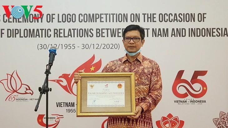 Acara menyampaikan hadiah sayembara pembuatan logo peringatan ultah ke-65 hubungan diplomatik Vietnam-Indonesia - ảnh 4
