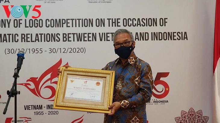 Acara menyampaikan hadiah sayembara pembuatan logo peringatan ultah ke-65 hubungan diplomatik Vietnam-Indonesia - ảnh 5