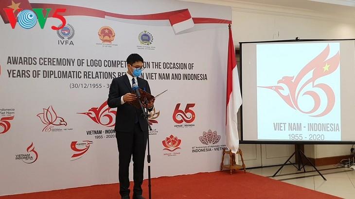 Acara menyampaikan hadiah sayembara pembuatan logo peringatan ultah ke-65 hubungan diplomatik Vietnam-Indonesia - ảnh 6
