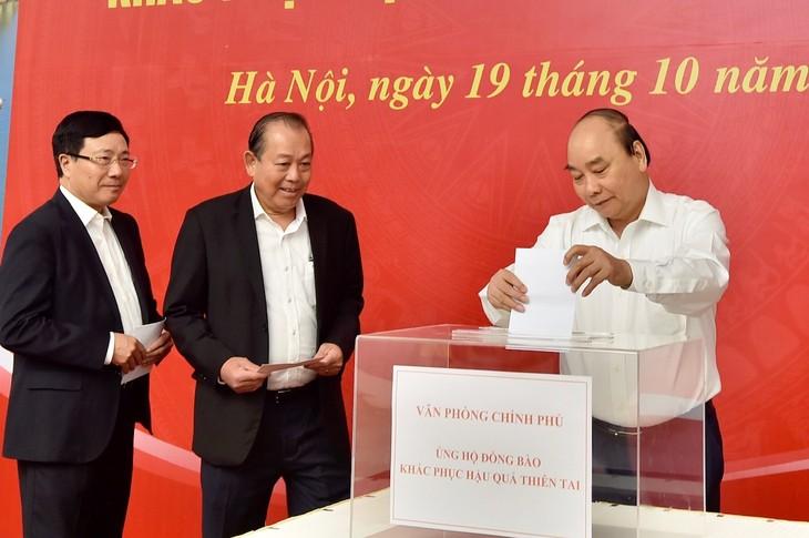 Pimpinan Pemerintah mengumpulkan donasi untuk mendukung warga Vietnam Tengah - ảnh 1
