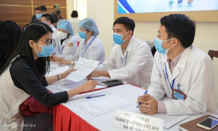 Suntikan Uji Coba Dosis Vaksin Covid-19 yang pertama di Vietnam  - ảnh 1