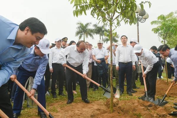 PM Nguyen Xuan Phuc Hadiri Acara Menyambut Baik Program Penanaman 1 Miliar Pohon Hijau dan Lakukan Temu Kerja dengan Pimpinan Provinsi Nghe An - ảnh 1