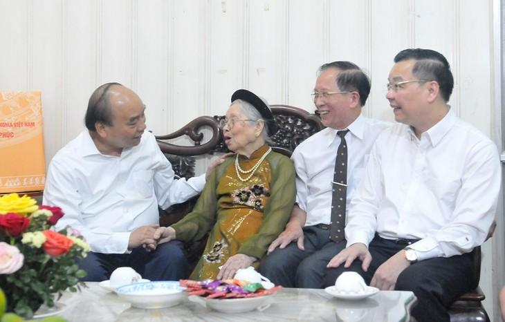 Presiden Nguyen Xuan Phuc Berkunjung dan Berikan Bingkisan kepada Berbagai Keluarga yang Mendapat Kebijakan Prioritas di Kota Ha Noi - ảnh 1