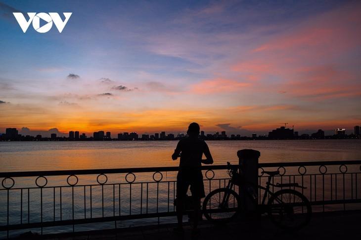 Hanoi Sangat Indah saat Waktu Senja ketika Dipandangi dari Danau Barat - ảnh 11