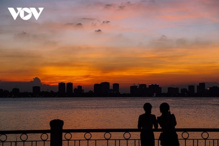 Hanoi Sangat Indah saat Waktu Senja ketika Dipandangi dari Danau Barat - ảnh 5