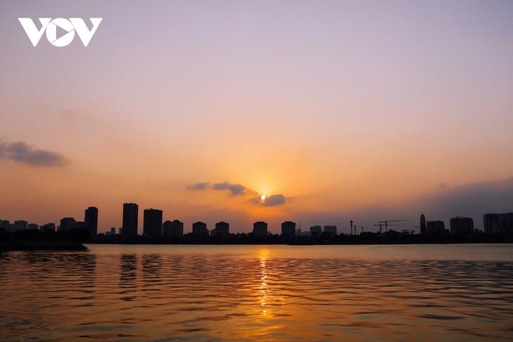Hanoi Sangat Indah saat Waktu Senja ketika Dipandangi dari Danau Barat - ảnh 4
