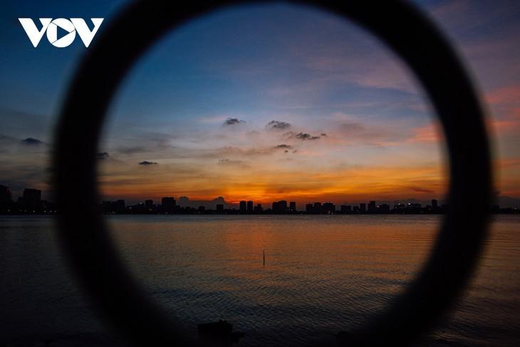 Hanoi Sangat Indah saat Waktu Senja ketika Dipandangi dari Danau Barat - ảnh 10