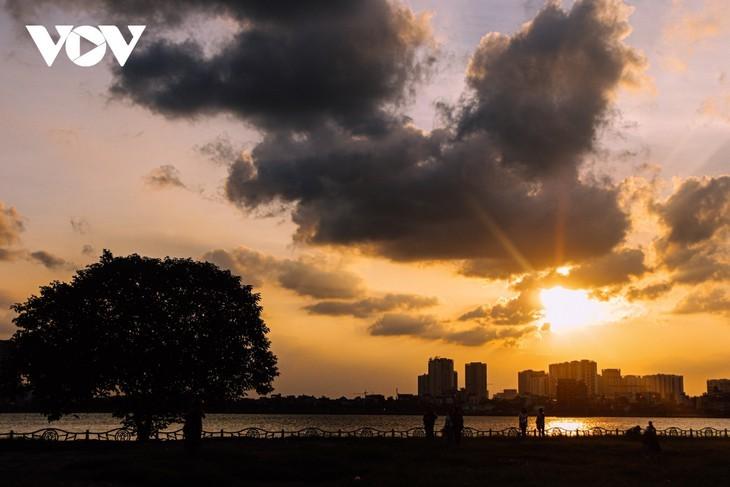 Hanoi Sangat Indah saat Waktu Senja ketika Dipandangi dari Danau Barat - ảnh 1