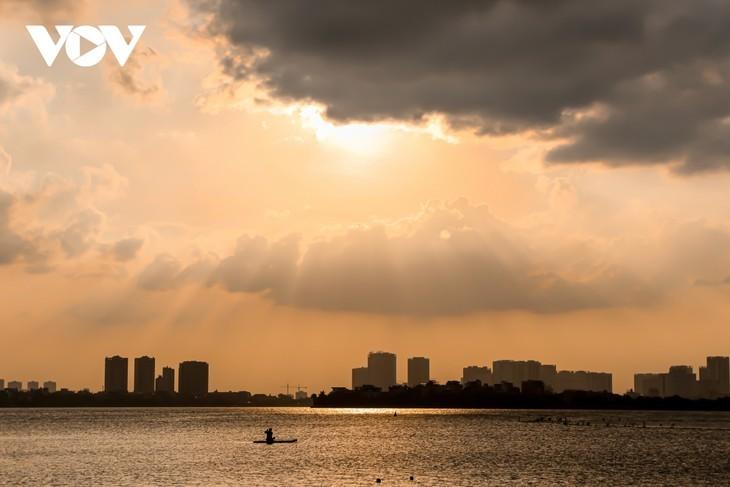Hanoi Sangat Indah saat Waktu Senja ketika Dipandangi dari Danau Barat - ảnh 3