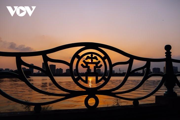 Hanoi Sangat Indah saat Waktu Senja ketika Dipandangi dari Danau Barat - ảnh 6
