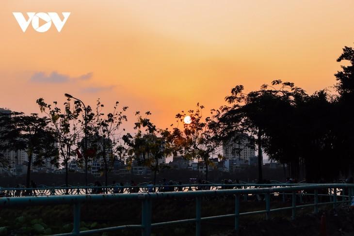 Hanoi Sangat Indah saat Waktu Senja ketika Dipandangi dari Danau Barat - ảnh 7