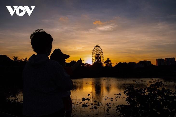 Hanoi Sangat Indah saat Waktu Senja ketika Dipandangi dari Danau Barat - ảnh 8