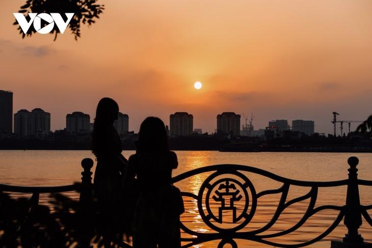 Hanoi Sangat Indah saat Waktu Senja ketika Dipandangi dari Danau Barat - ảnh 9