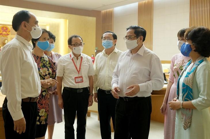 Perdana Menteri: Menghilangkan Hambatan Secara Tepat Waktu Dalam Penelitian dan Produksi Vaksin COVID-19 - ảnh 1