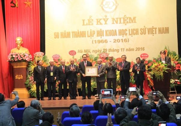 越南国家主席陈大光出席史学会成立50周年纪念大会 - ảnh 1