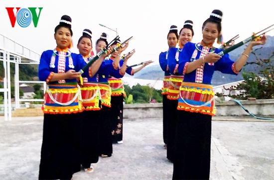 努力维护抗族文化特色的女人——卢氏普 - ảnh 2