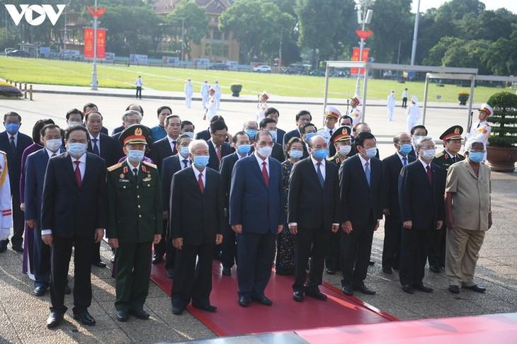 越南国庆75周年:党和国家领导入陵瞻仰胡志明主席遗容 - ảnh 1