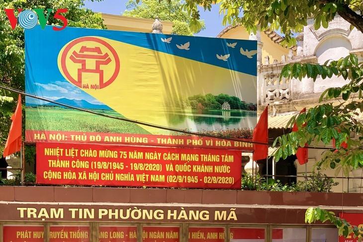 风中飘扬的鲜红国旗迎接独立日 - ảnh 10