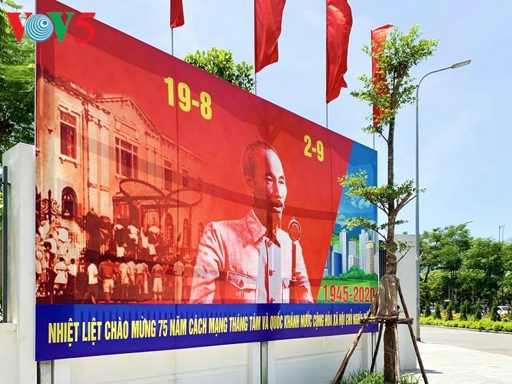 风中飘扬的鲜红国旗迎接独立日 - ảnh 12