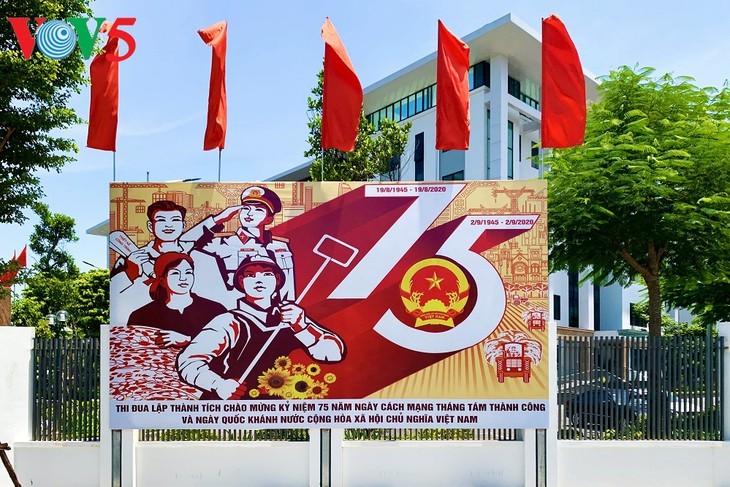 风中飘扬的鲜红国旗迎接独立日 - ảnh 13
