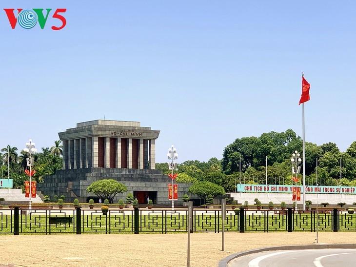 风中飘扬的鲜红国旗迎接独立日 - ảnh 1