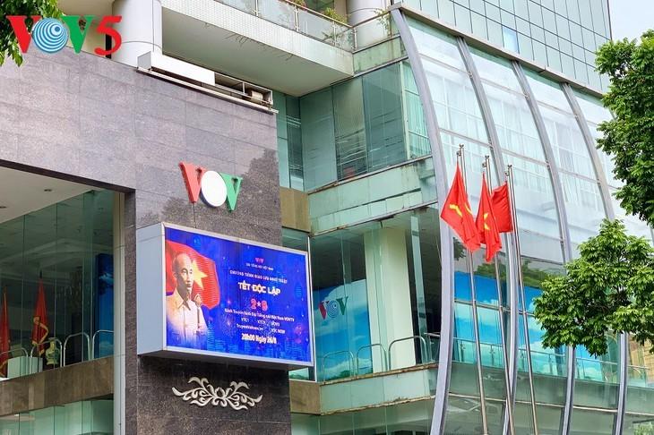 风中飘扬的鲜红国旗迎接独立日 - ảnh 4