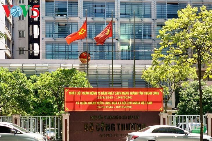 风中飘扬的鲜红国旗迎接独立日 - ảnh 9