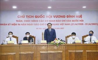 越南革命新闻节之际 国会主席王庭惠探望多家新闻媒体机构 - ảnh 1