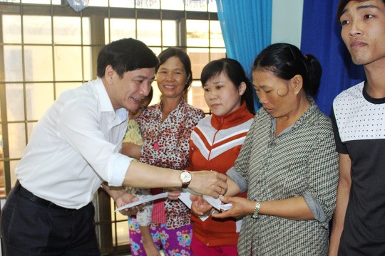 Chairman of Vietnam General Confederation of Labor presents gifts to flood victims in Phu Yen - ảnh 1