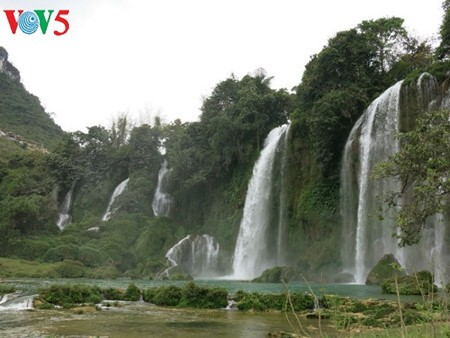 Ban Gioc Waterfall - the largest natural waterfall in Southeast Asia - ảnh 11