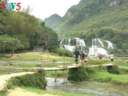 Ban Gioc Waterfall - the largest natural waterfall in Southeast Asia - ảnh 12