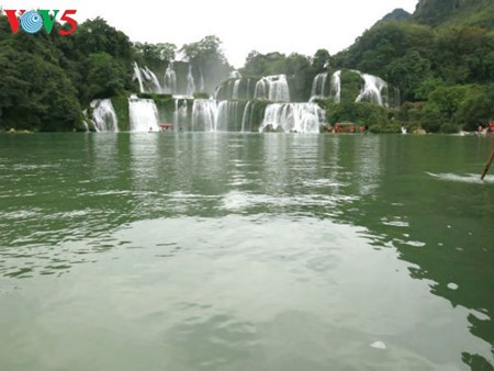 Ban Gioc Waterfall - the largest natural waterfall in Southeast Asia - ảnh 13